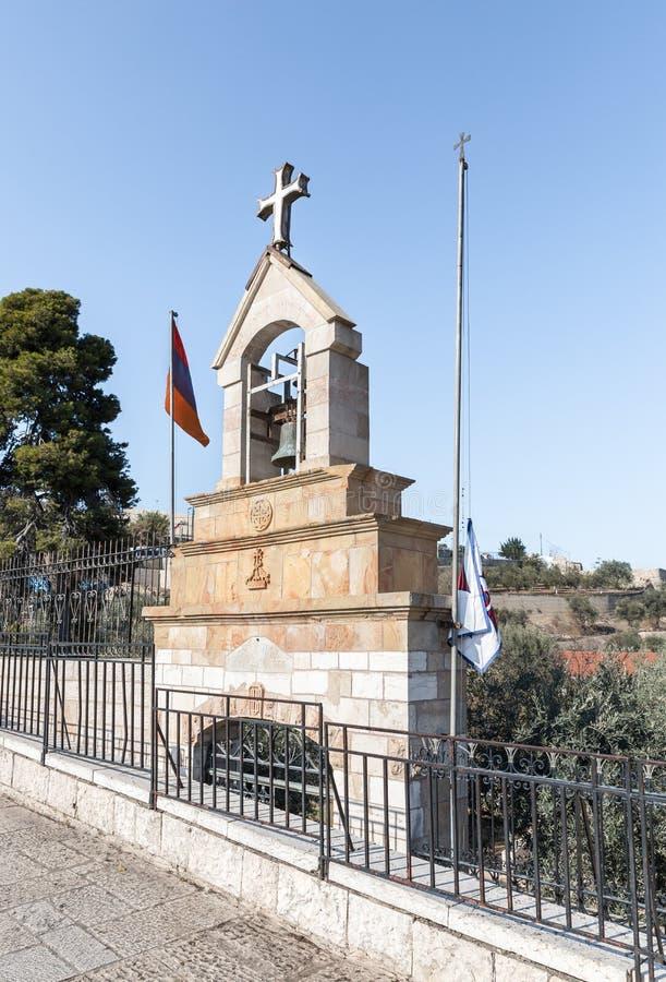Det lilla klockatornet av den armeniska kyrkan står på gatan i Jerusalem, Israel arkivbild