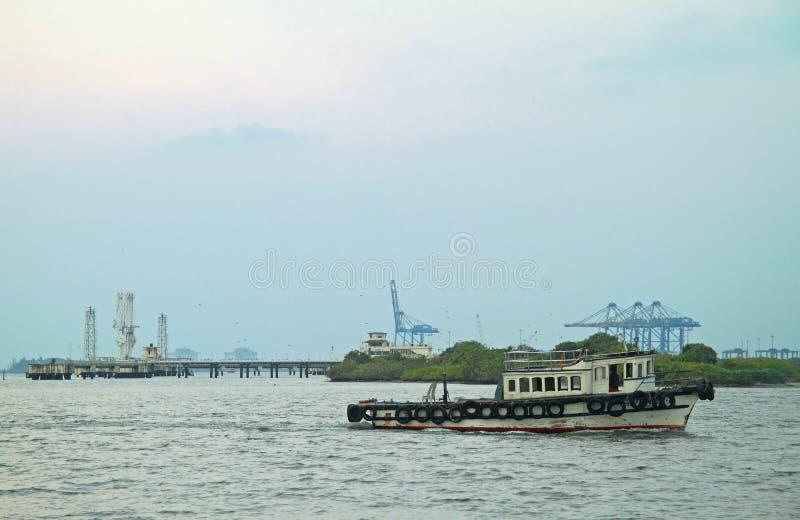 Det lilla motoriska fartyget i Kochi, Indien royaltyfri fotografi