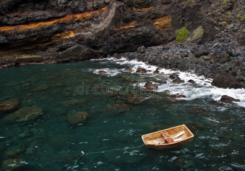 Det lilla träfartyget som ankras nära, vaggar royaltyfri foto