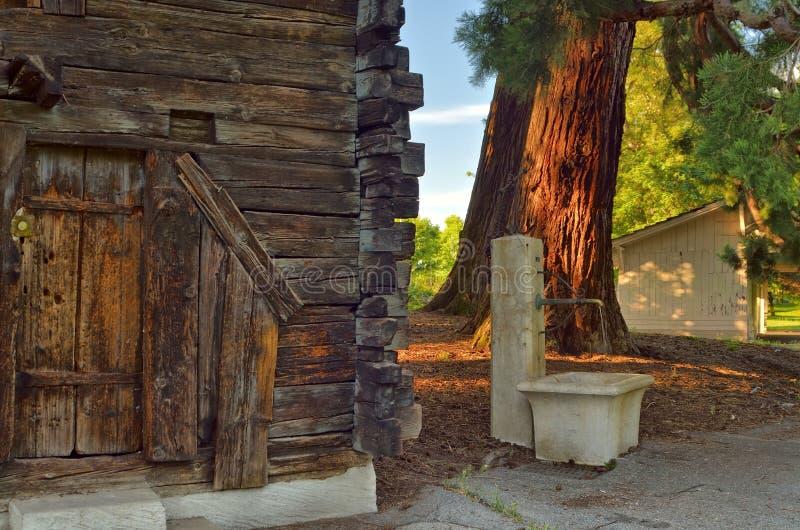 Det lilla trähuset i parkerar arkivfoto