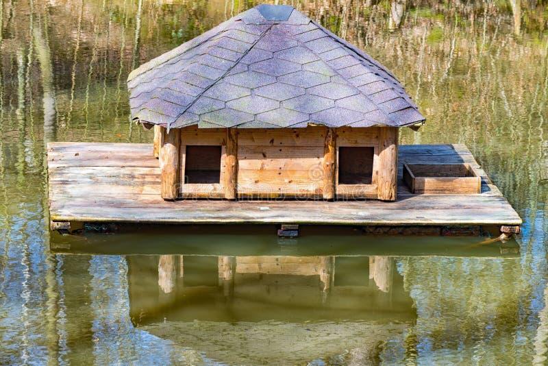 Det lilla trähuset svävar i mitt av vattnet royaltyfri fotografi