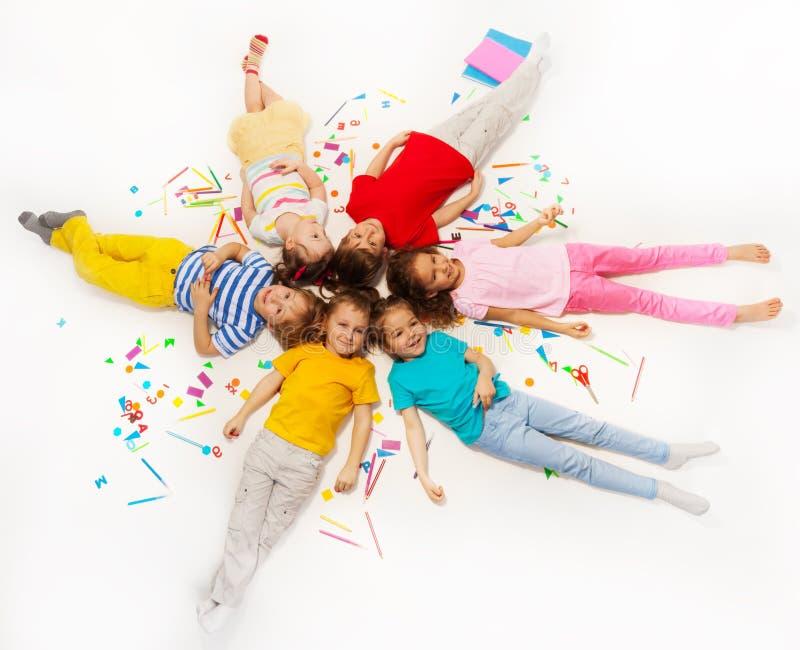 Det ljusa fotoet av sex lilla vänner gör en cirkel arkivbilder