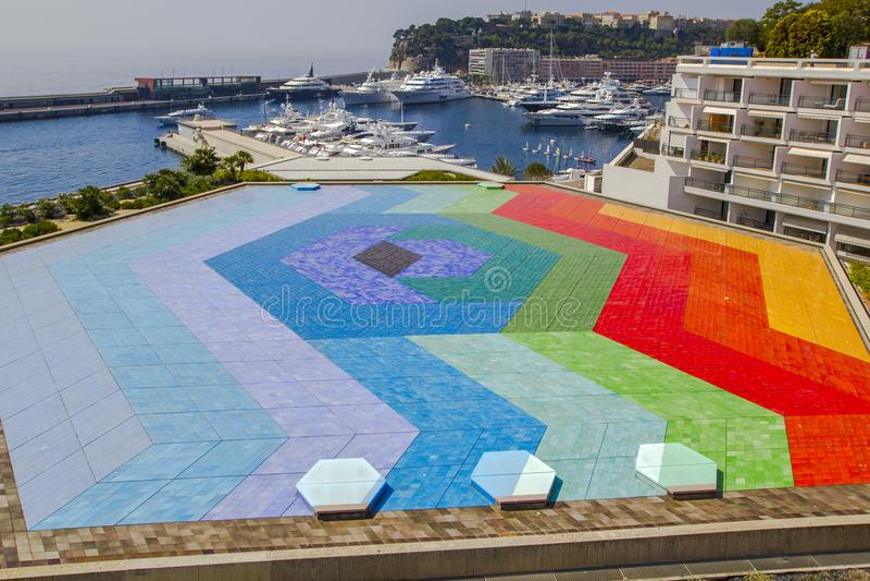 Det ljusa helikopterlandningstället, lyx seglar i fjärden av Monaco offentligt område Hexa nådtakterrass av salongregnet arkivfoto