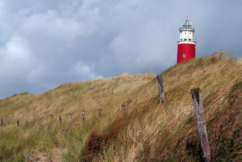 Det ljusa huset av Texel på en dyn arkivfoto