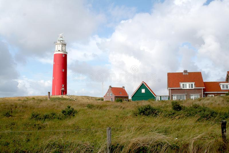 Det ljusa huset av Texel på en dyn arkivbild