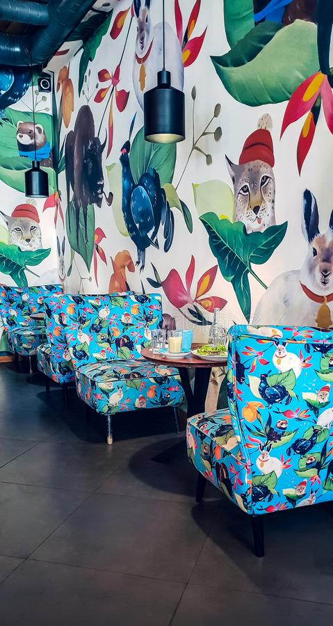 Det ljusa inre kaffehuset royaltyfri fotografi