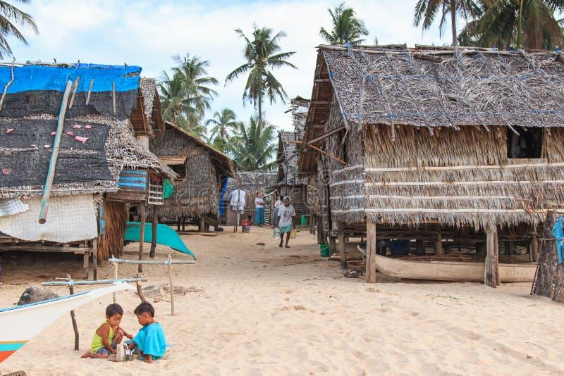 Det lokala folket i ett fiskeläge på Nacpan sätter på land, Palawan i Filippinerna arkivbilder