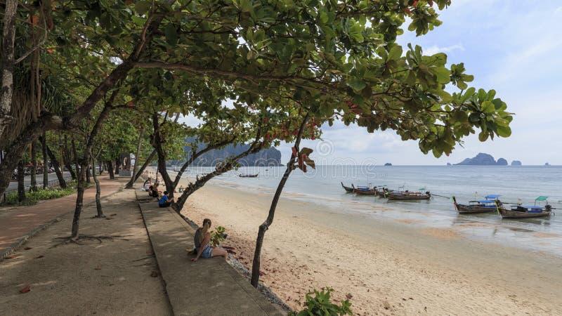 Det lokala folket och turister på Ao Nang sätter på land, Krabi royaltyfria foton