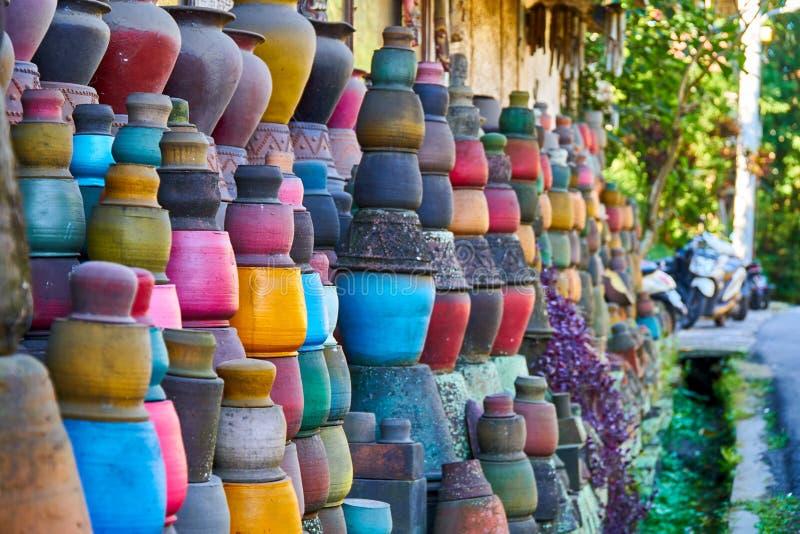 Det lokala krukmakerihantverket shoppar på den lilla gatan av Ubud, Bali fotografering för bildbyråer