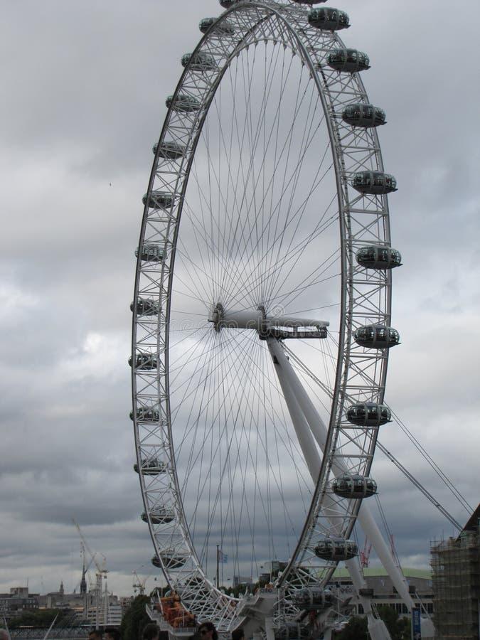 Det London ögat kan hålla klockan över staden royaltyfri fotografi