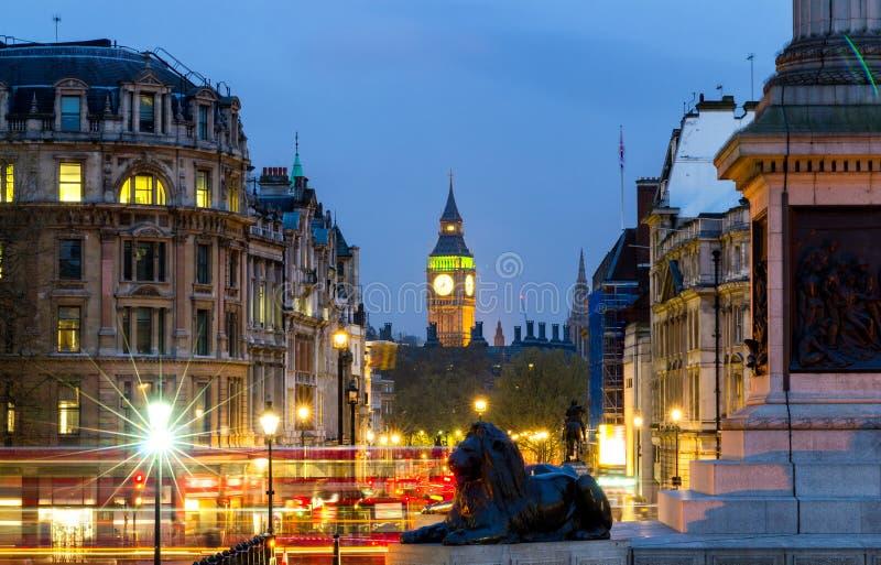 Det London Trafalgar Square lejonet och Big Ben står högt på bakgrund, Lo royaltyfri bild