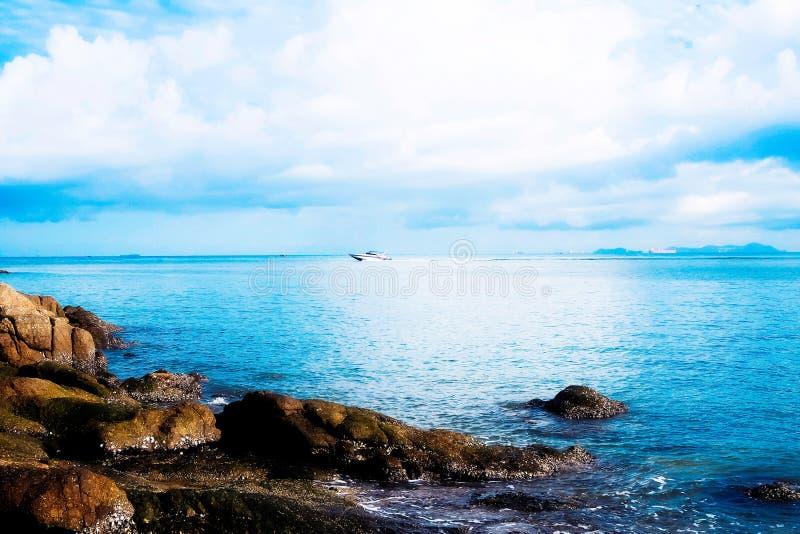 Det lugna blåa havet på en sommarsemester Sommar p? stranden arkivbilder