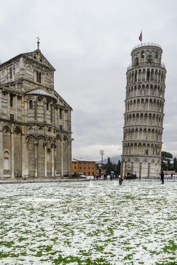 Det lutande tornet och duomoen efter ett snöfall, piazzadei Miracoli, Pisa, Tuscany, Italien royaltyfria bilder