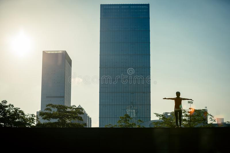 det lyckade kvinnaanseendet med armar öppnar i stad arkivbild