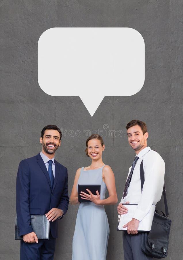 Det lyckliga affärsfolket med anförande bubblar hållande apparater mot grå bakgrund royaltyfria foton