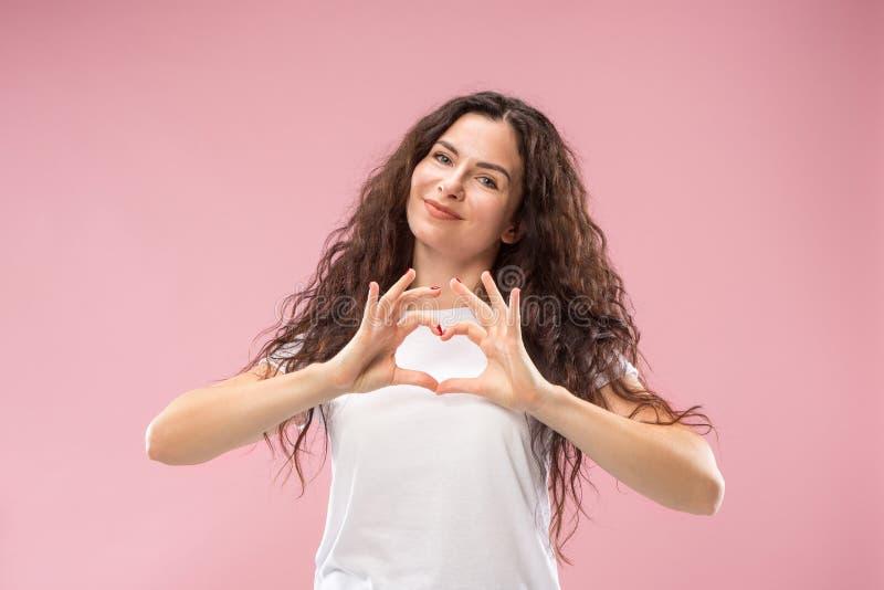 Det lyckliga anseendet för affärskvinna och le mot rosa bakgrund fotografering för bildbyråer