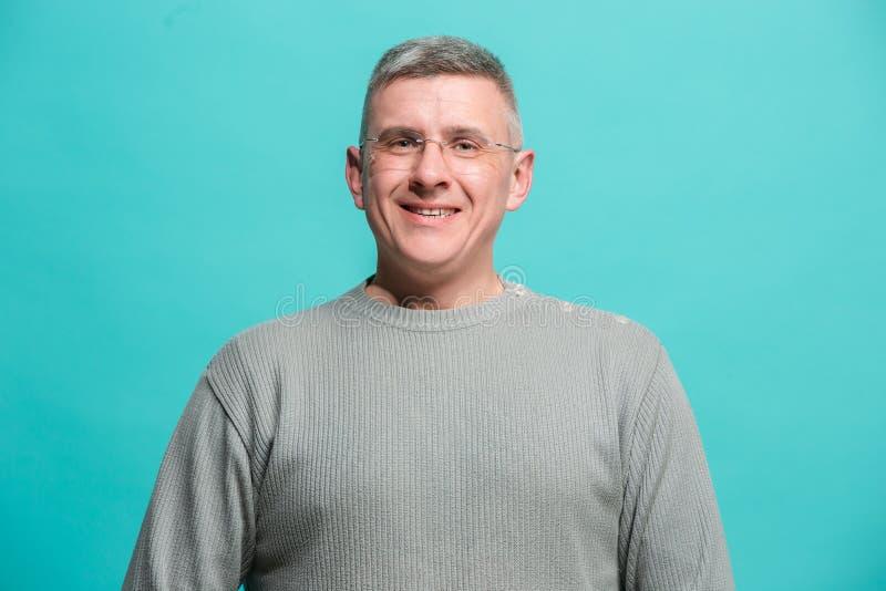 Det lyckliga anseendet för affärsman och le mot blå bakgrund royaltyfri fotografi