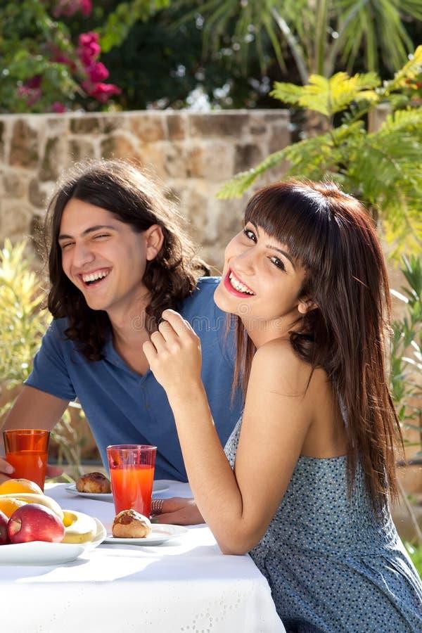 Det lyckliga barn kopplar ihop att äta middag utomhus arkivfoton