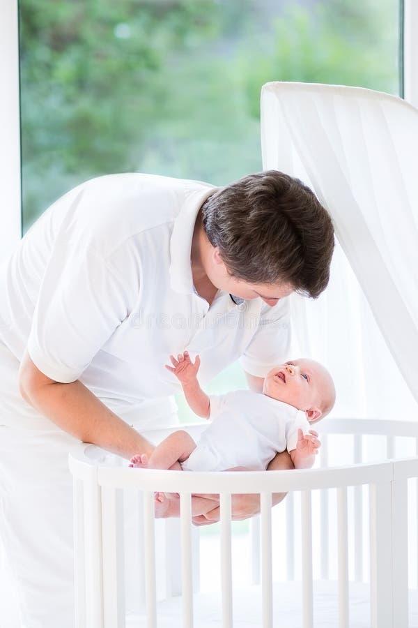 Det lyckliga barnet avlar att sätta som är nyfött, behandla som ett barn i lathund arkivbilder