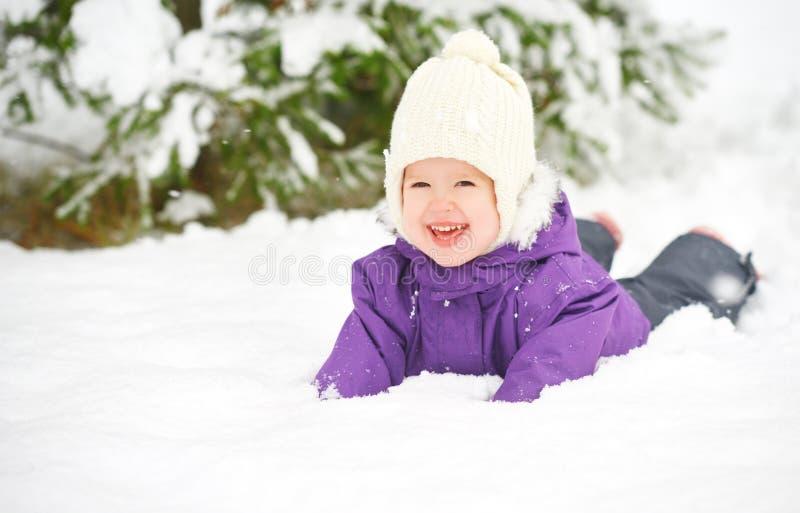 Det lyckliga barnet behandla som ett barn flickan i snövinter arkivfoton
