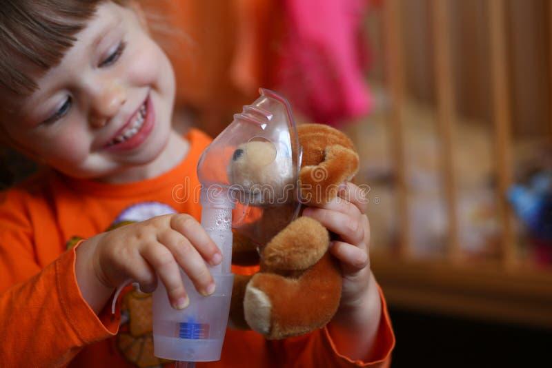 Det lyckliga barnet gör inandning hemmastadd för arkivbilder