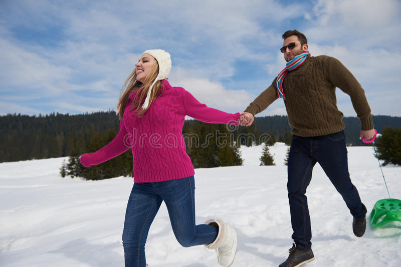 Det lyckliga barnet kopplar ihop att ha gyckel på ny show på vintersemester arkivbilder
