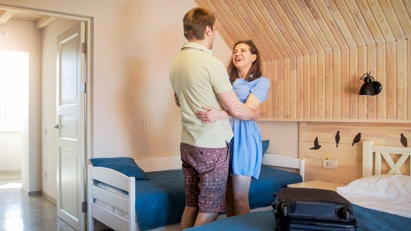 Det lyckliga barnet kopplar ihop att krama och att skratta, når de har ankommit i hotell på deras sommarferie royaltyfri foto