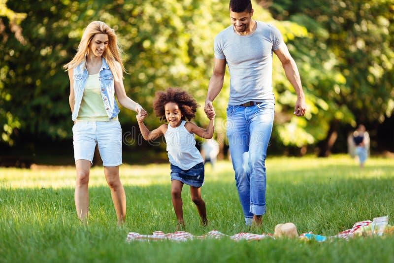 Det lyckliga barnet kopplar ihop att spendera tid med deras dotter royaltyfri fotografi