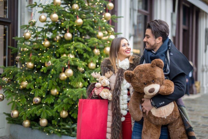 Det lyckliga barnet kopplar ihop jul som shoppar på gatan arkivfoton