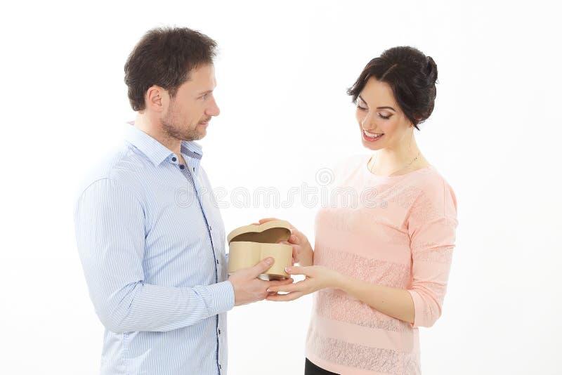 Det lyckliga barnet kopplar ihop med en gåva i form av bakgrund för hjärtagåvavit royaltyfria bilder