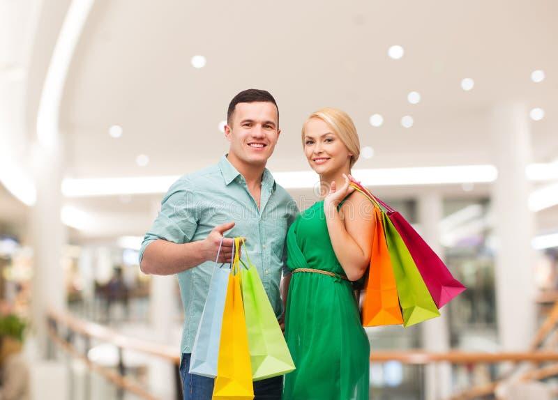 Det lyckliga barnet kopplar ihop med shoppingpåsar i galleria royaltyfri bild