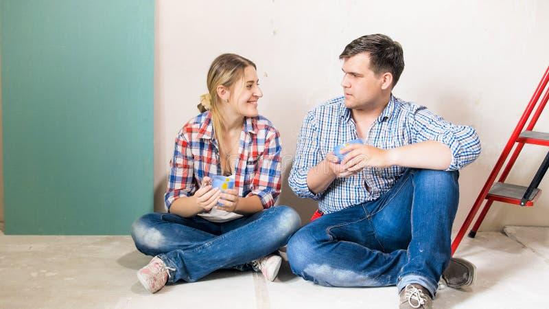 Det lyckliga barnet kopplar ihop samtal, når de har gjort renovering i nytt hus arkivbild