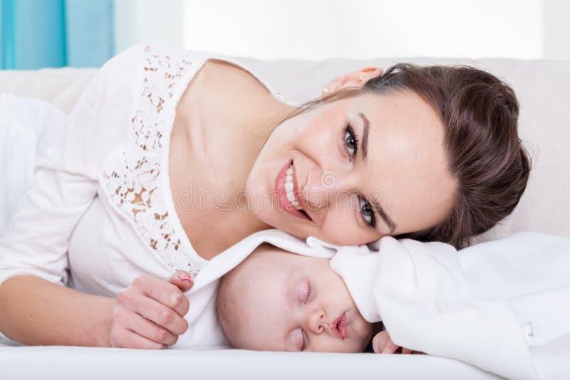 Det lyckliga barnet moder och behandla som ett barn lite arkivbilder