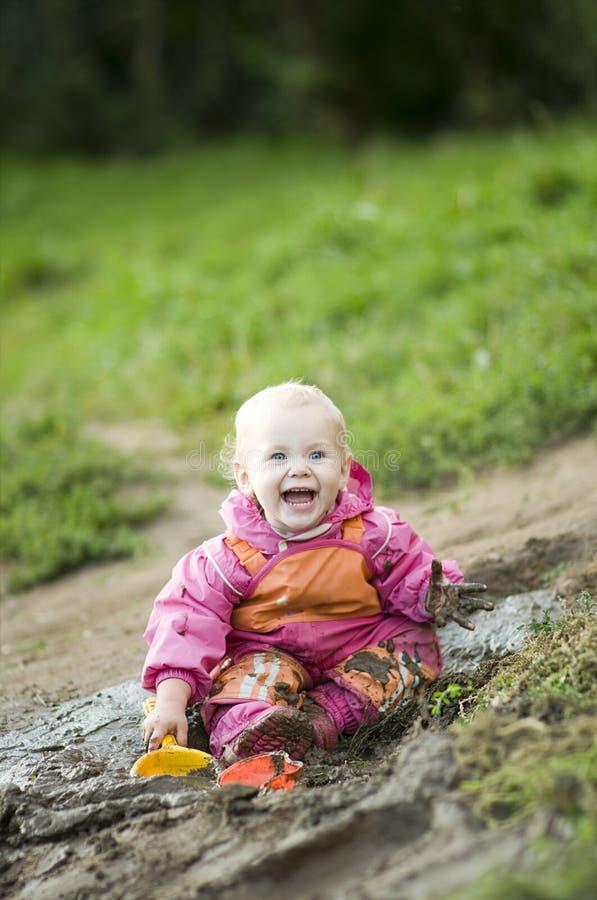 det lyckliga barnet smutsar ner fotografering för bildbyråer