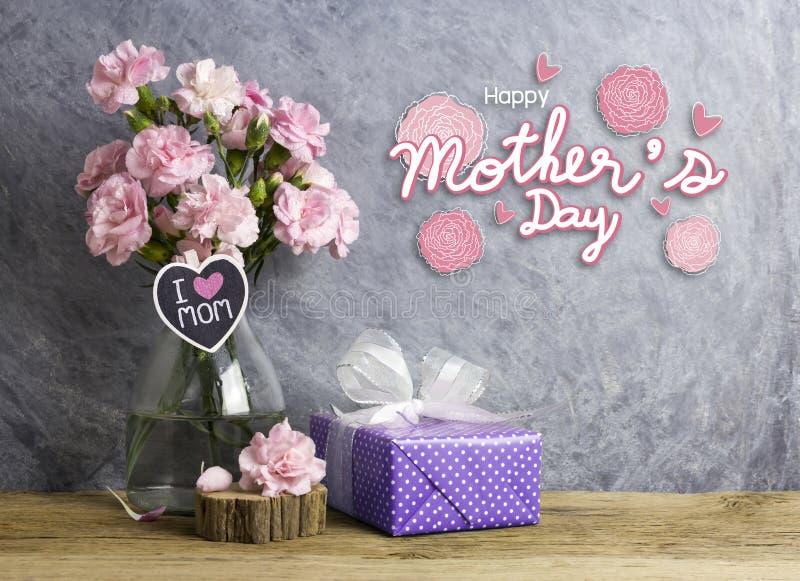Det lyckliga begreppet för moderdagen av den rosa nejlikan blommar i flaska royaltyfria foton