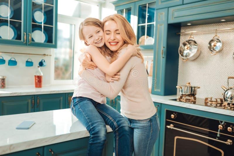 Det lyckliga bokslutet för den unga kvinnan synar från fröjd fotografering för bildbyråer