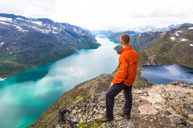 Det lyckliga folket kopplar av i klippa under turen Norge Bessegen område arkivfoto