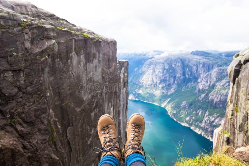 Det lyckliga folket kopplar av i klippa under turen Norge fotvandra route arkivbild