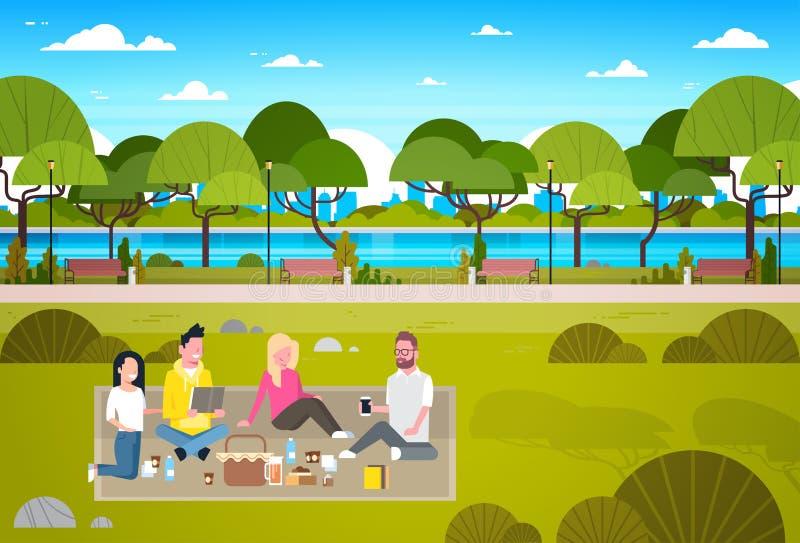 Det lyckliga folket som har picknicken parkerar in, gruppen av unga män och kvinnor som sitter på att koppla av för gräs royaltyfri illustrationer