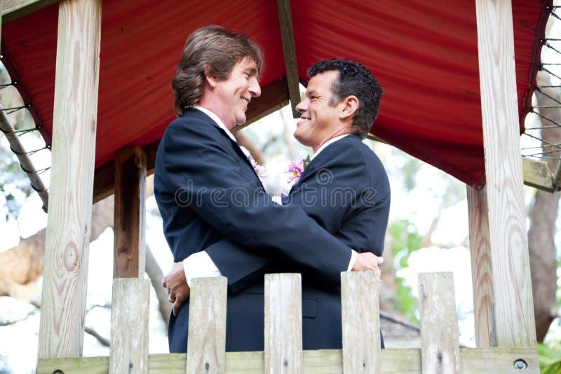 Det lyckliga glade paret att gifta sig i parkera royaltyfri fotografi