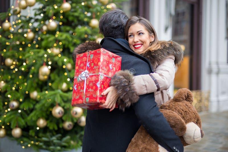 Det lyckliga härliga barnet kopplar ihop att krama och utbyte av gåvor för royaltyfri bild