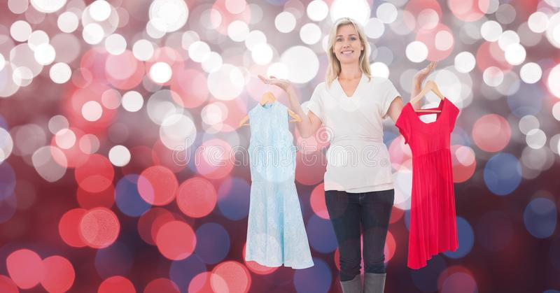 Det lyckliga kvinnainnehavet klär över bokeh arkivbild