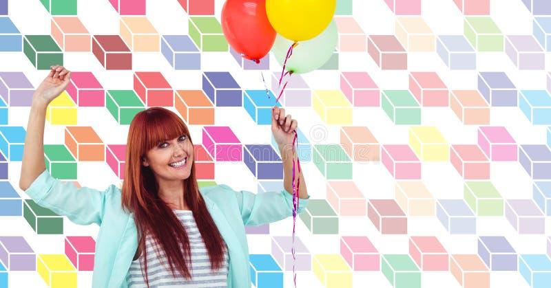 Det lyckliga kvinnainnehavet sväller med den färgrika geometriska modellen royaltyfria foton