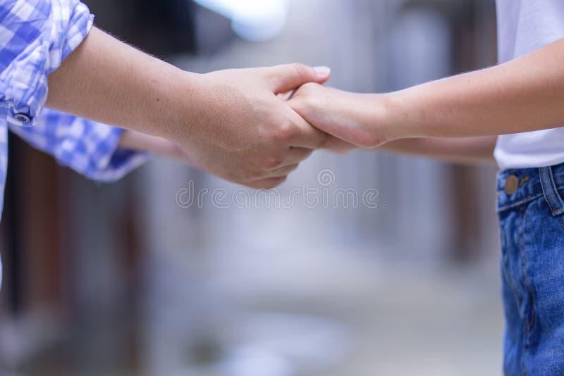 Det lyckliga löftet för parinnehavhänder eller svär Mankvinna förälskad t fotografering för bildbyråer