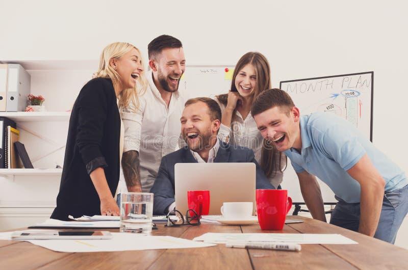 Det lyckliga laget för affärsfolk har tillsammans gyckel i regeringsställning arkivfoto