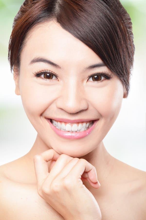 Leendet vänder mot av kvinna med vård- tänder royaltyfria bilder
