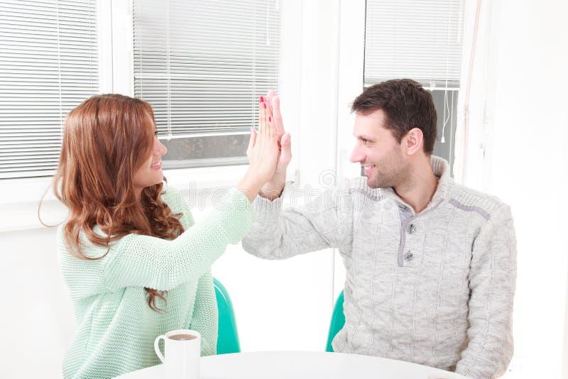 Det lyckliga paret instämmer med överenskommelsen royaltyfria foton