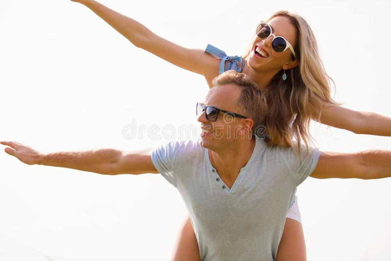 Det lyckliga paret med sned boll beväpnar flyg i luft arkivfoton