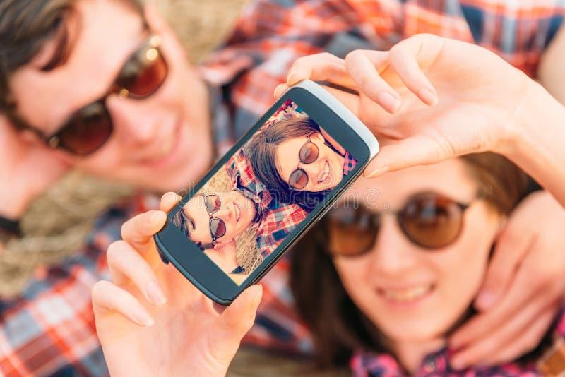 Det lyckliga paret tar fotografier självståenden royaltyfri foto