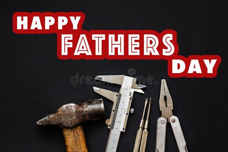 Det lyckliga tecknet för text för dagen för fader` s på funktionsdugliga hjälpmedel bultar plattång, sc royaltyfri foto